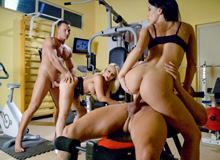 Blonde and brunette in the gym