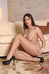 Brunette babe Zafira stripteasing
