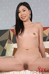 Asian beauty spreads her sexy legs!