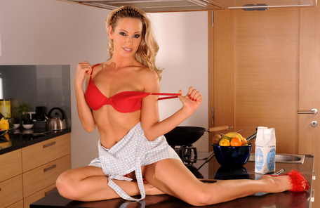 Gorgeous housewife Sandy is masturbating n cooking