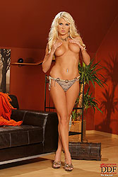 Blonde Cabiria shows you her body