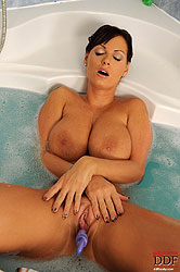 Sheila Grant\´s tempting torpedoes!