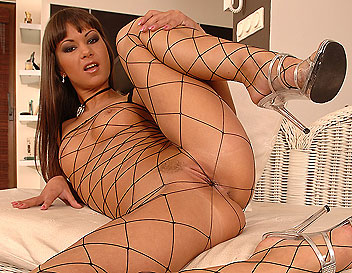 Brunette Angelina Crow presents gaping abilities