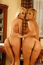 Hot blondes dining on each other!