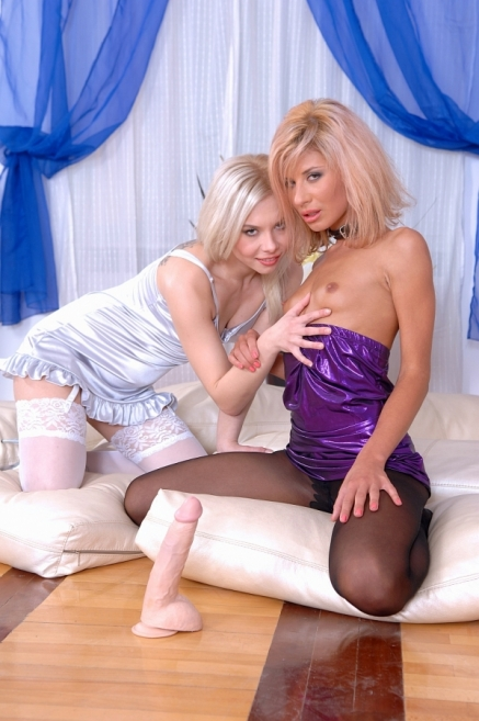 Wild lesbian dildoing plays with Ioana and Lisa