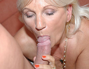 Older blonde fuck and shown her wide open cunt