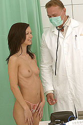 Angelina Crow´s blowjob on doctor