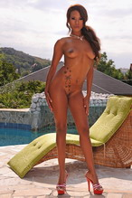 Ebony godess w incredible round ass toying outdoor