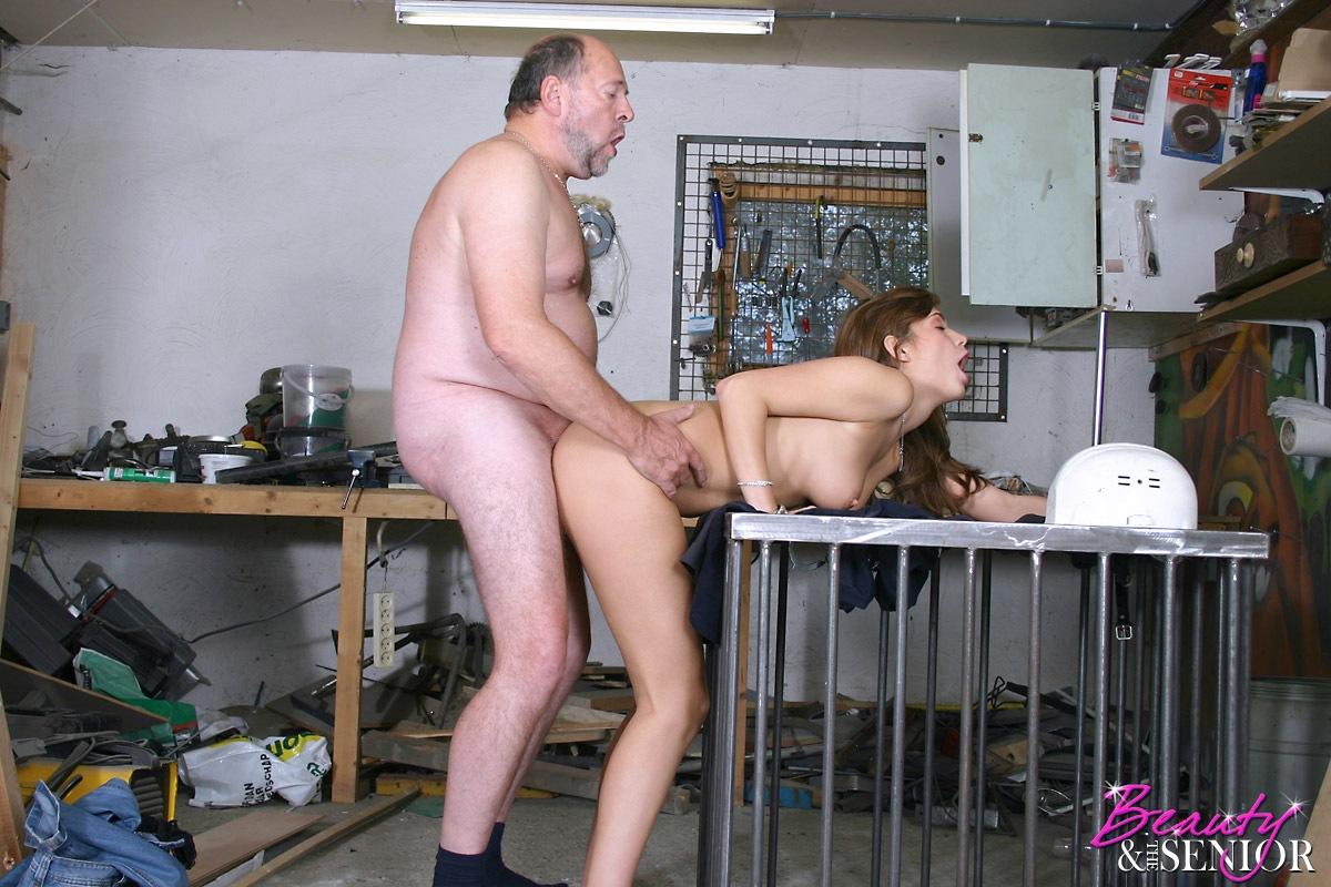 Порно молодая трахается в гараже