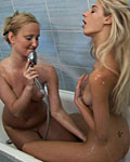 Two blonde girlies toying eachothers pussy in a bathtub