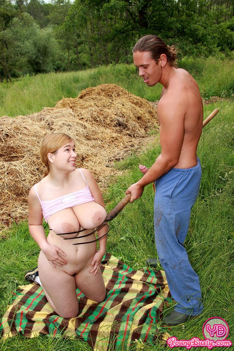 секс с грудастой колхозницей в деревне