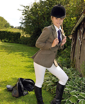 Horse riding babe enjoys stroking her wet cooter outdoors