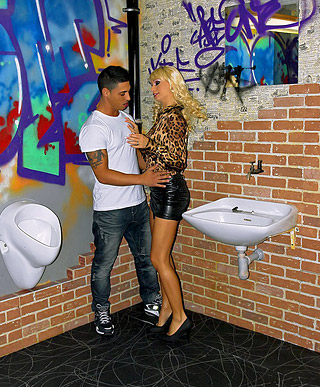 Pretty crazy toilet girl screwing a dude and a fake cock