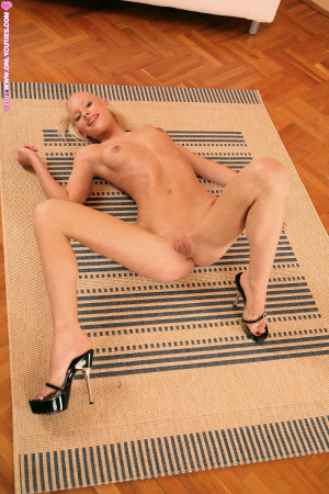 Leggy bombshell spreads wide and works dildo into bald twat