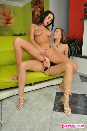 Brunette lesbians stretching their cunts w strapon