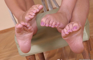 2 sexy babes licking feet and toes