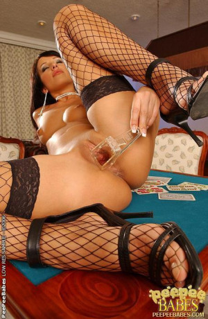 Lolli dildoing on table and peeing through speculum