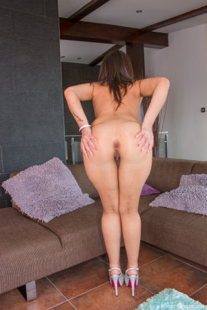 The big butt of Akasha Cullen jiggles as she flexes and twerks. She gets her ass tapped and swallows a big load of cum. Jan-2015 1414