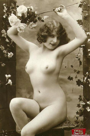 Some sexy and naked vintage chicks posing in the thirties