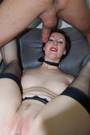 One lucky dude gets to fuck a hot MILF and give her a facial