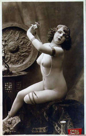 Pretty vintage sweethearts posing in the horny thirties