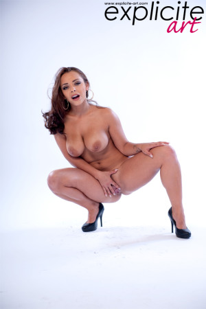 Busty and incredible Liza Del Sierra stripping in studio!