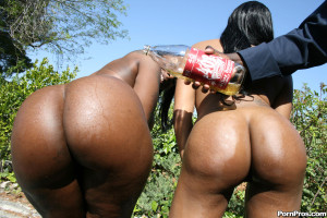 Kelly Starr & Eve Madison – Big booty black girls have nasty threesome!