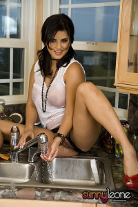 SunnyLeone Sunny cleaning the kitchen