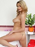 Divine blonde in bath invites you to watch fingering display