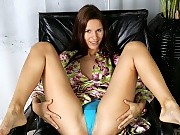 Brunette cutie nudes and stretches pink pussy with speculum