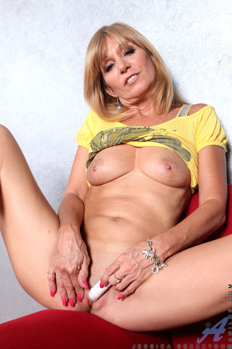 jessica sexton blonde anilos milf spreads off her legs and