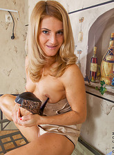 Horny Anilos cougar pleasures her experienced pussy with a makeup brush