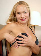 Gorgeous mature Anilos Viktoria sheds her clothing and spreads her pussy