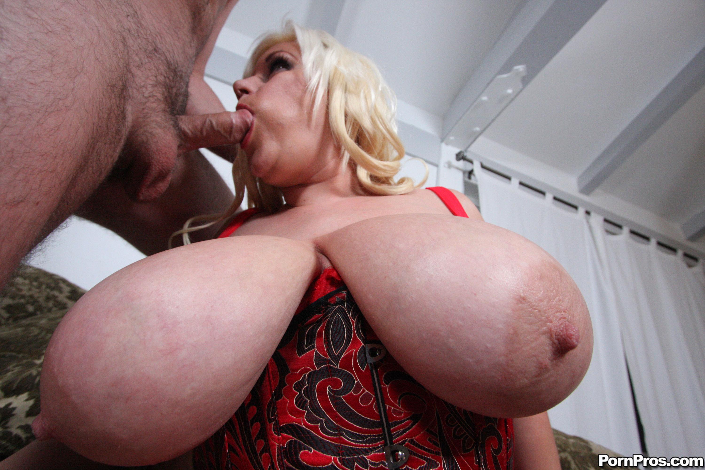 Машина с большим членом трахает женщину с большой грудью, порно трахнул зрелую сисястую раком на кухне в душе