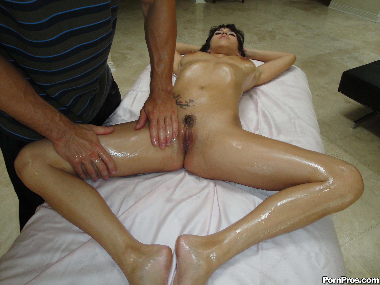 Порно парни делают массаж женщинам, порно с подругой друга домашнее порно